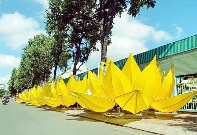 TP.HCM: Sắc sen vàng Kính mừng Phật đản Phật lịch 2565 trên kênh Nhiêu Lộc ảnh 5
