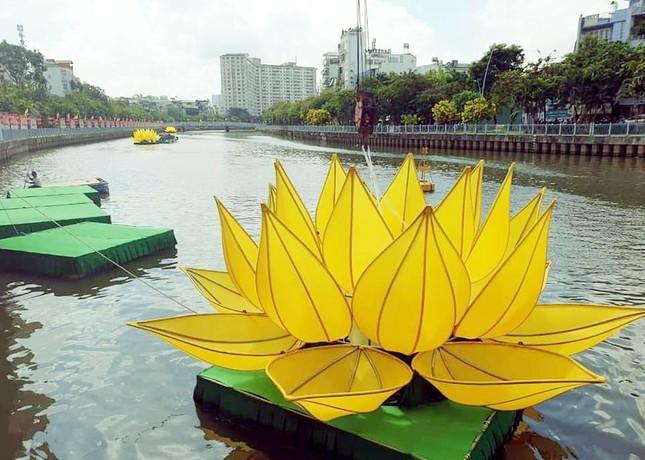 TP.HCM: Sắc sen vàng Kính mừng Phật đản Phật lịch 2565 trên kênh Nhiêu Lộc ảnh 7