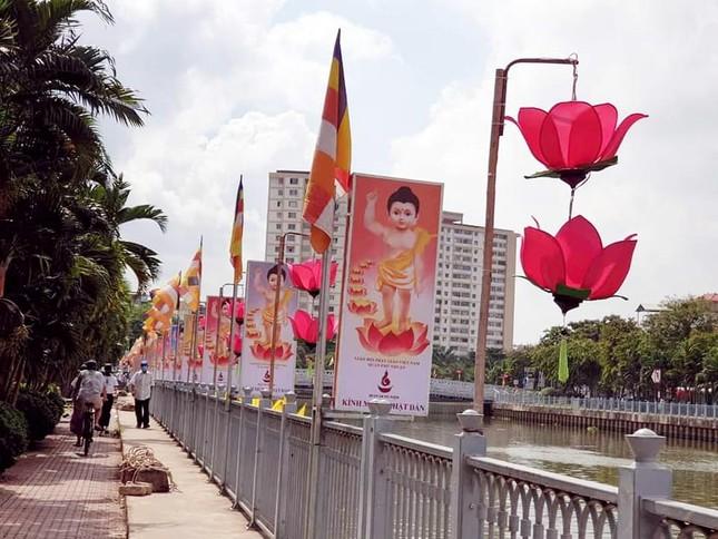 TP.HCM: Sắc sen vàng Kính mừng Phật đản Phật lịch 2565 trên kênh Nhiêu Lộc ảnh 12