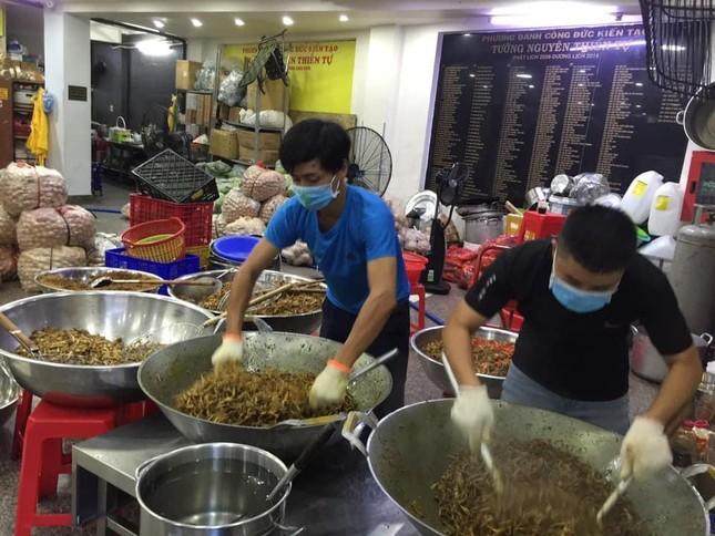 Nhóm từ thiện Tường Nguyên tiếp tục tặng hàng ngàn suất cơm đến người nghèo ảnh 2