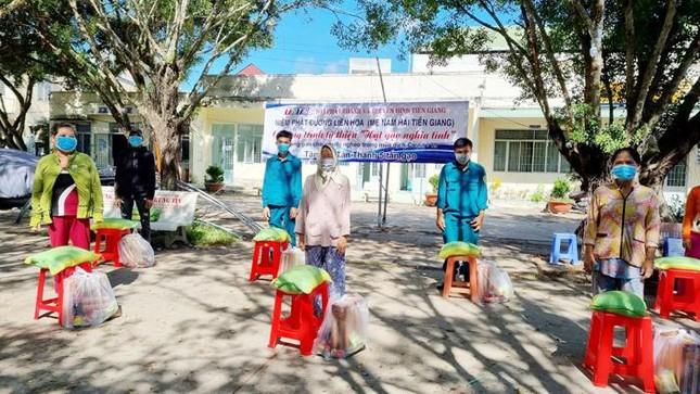 Niệm Phật đường Liên Hoa trao 12 tấn gạo, nhu yếu phẩm đến khu phong tỏa ảnh 1