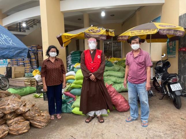 Tặng thực phẩm đến các khu cách ly trên địa bàn các quận huyện ảnh 1