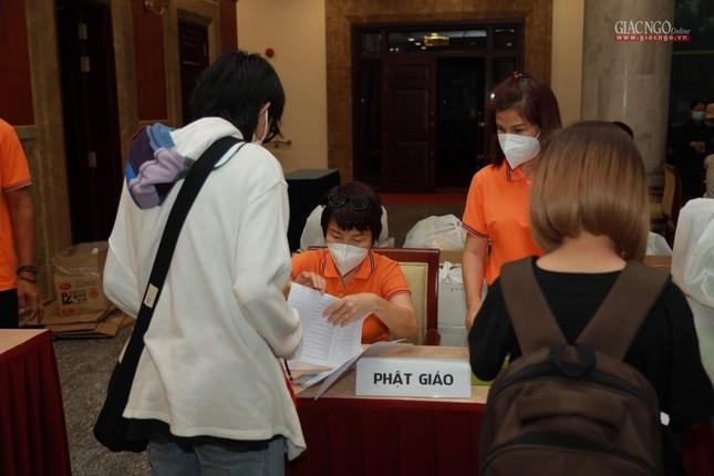 80 Tăng Ni, Phật tử cùng tình nguyện viên các tôn giáo bắt đầu đến các bệnh viện dã chiến phục vụ ảnh 8