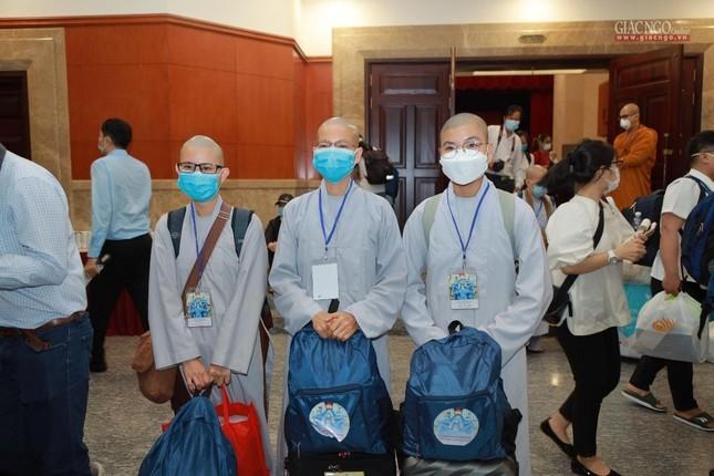 80 Tăng Ni, Phật tử cùng tình nguyện viên các tôn giáo bắt đầu đến các bệnh viện dã chiến phục vụ ảnh 20