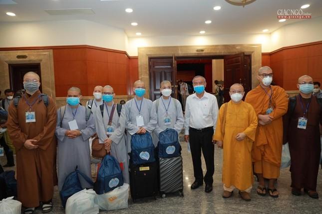 80 Tăng Ni, Phật tử cùng tình nguyện viên các tôn giáo bắt đầu đến các bệnh viện dã chiến phục vụ ảnh 19