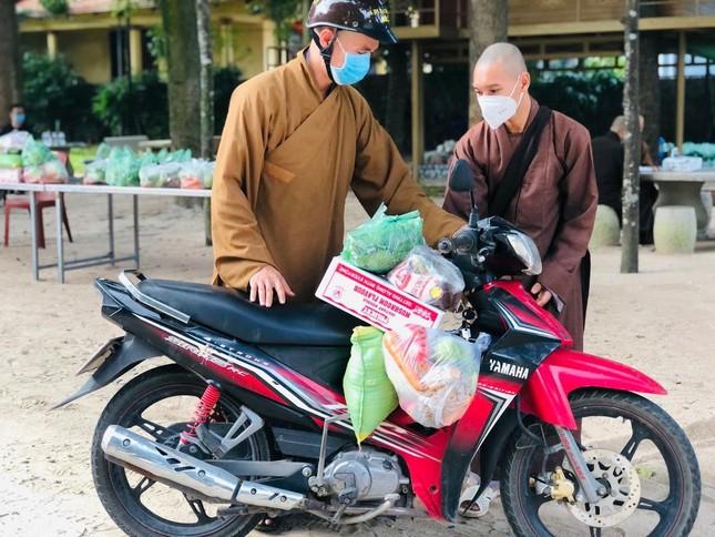 Viện Chuyên Tu cúng dường thực phẩm đến 200 chùa, tịnh thất tại làng Vạn Hạnh ảnh 2