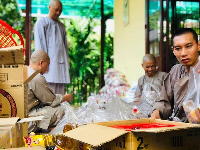 Viện Chuyên Tu cúng dường thực phẩm đến 200 chùa, tịnh thất tại làng Vạn Hạnh ảnh 1