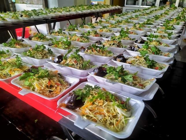 Tịnh xá Ngọc Thuận tặng hàng trăm suất ăn miễn phí ảnh 1