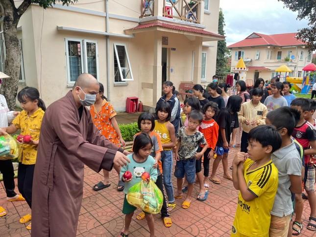 Chùa Hồng Đức, Minh Thành tặng quà trung thu đến các em thiếu nhi ảnh 2