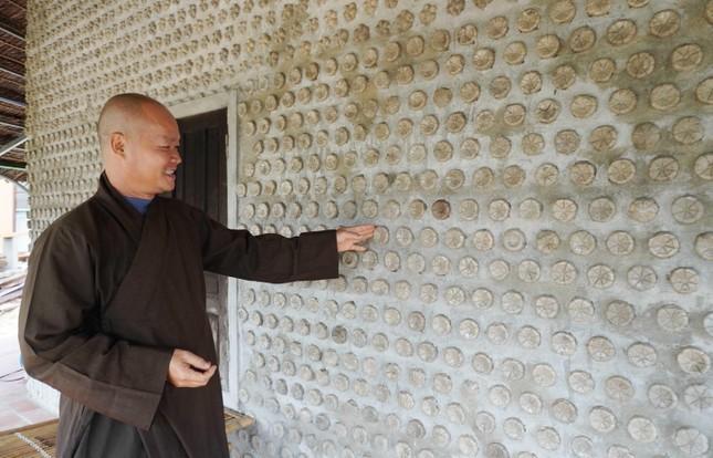 Vị Tăng trẻ cùng bà con Phật tử xây nhà từ chai nhựa phế thải ảnh 1