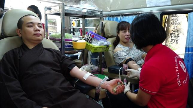 Tăng Ni, Phật tử tham gia hiến máu nhân đạo tại chùa Vạn Đức ảnh 1
