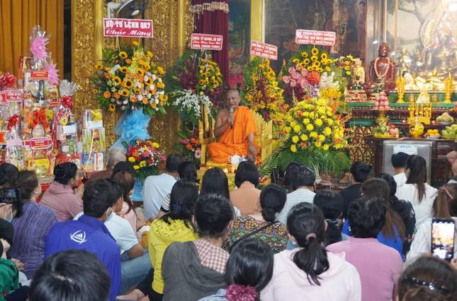 Phật tử về chùa Candaransi đắp núi cát và núi gạo ảnh 1