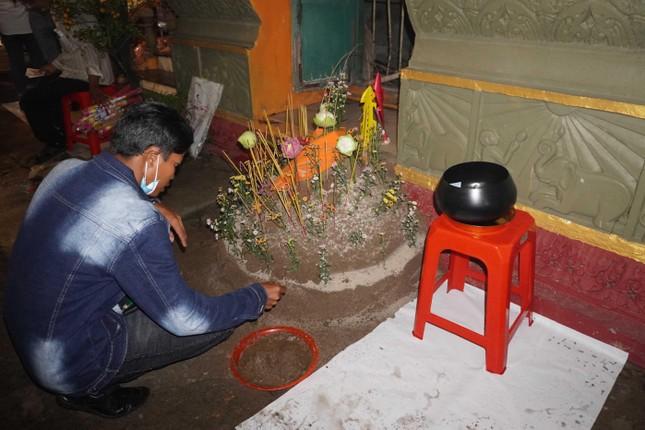 Phật tử về chùa Candaransi đắp núi cát và núi gạo ảnh 4