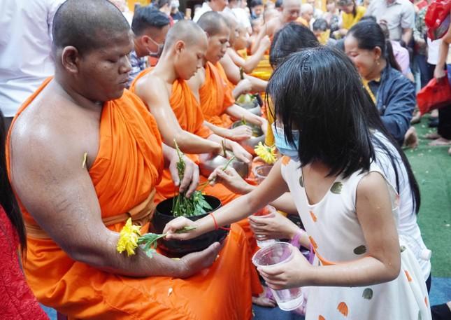 TP.HCM: Lễ Tắm Phật mừng Tết cổ truyền Chôl Chnăm Thmây ảnh 14