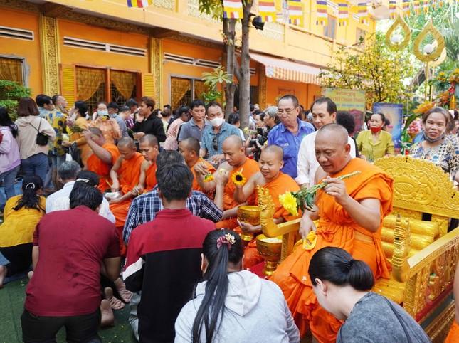 TP.HCM: Lễ Tắm Phật mừng Tết cổ truyền Chôl Chnăm Thmây ảnh 13