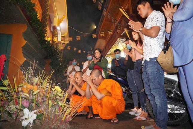 Phật tử về chùa Candaransi đắp núi cát và núi gạo ảnh 3