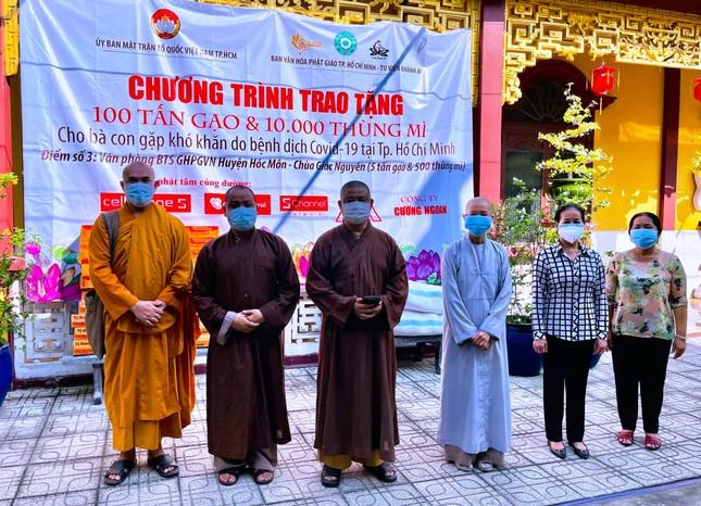 Ban Văn hóa Phật giáo TP.HCM trao 10 tấn gạo và 1.000 thùng mì tại huyện Hóc Môn, Củ Chi ảnh 1