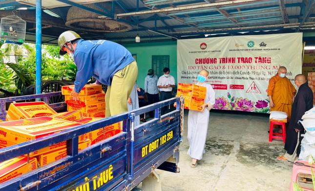 Ban Văn hóa Phật giáo TP.HCM trao 10 tấn gạo và 1.000 thùng mì tại huyện Hóc Môn, Củ Chi ảnh 3