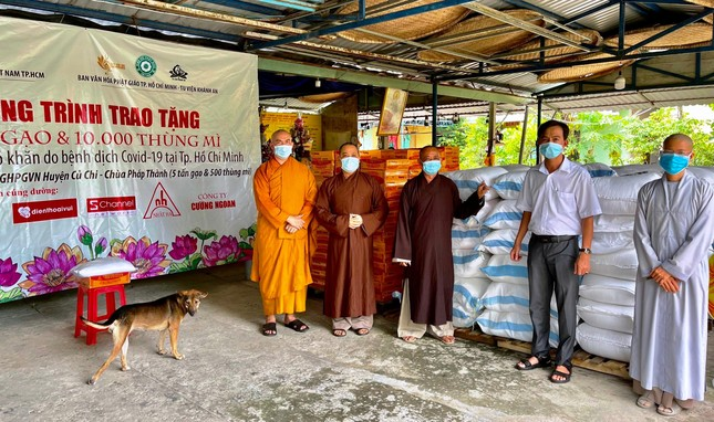 Ban Văn hóa Phật giáo TP.HCM trao 10 tấn gạo và 1.000 thùng mì tại huyện Hóc Môn, Củ Chi ảnh 2