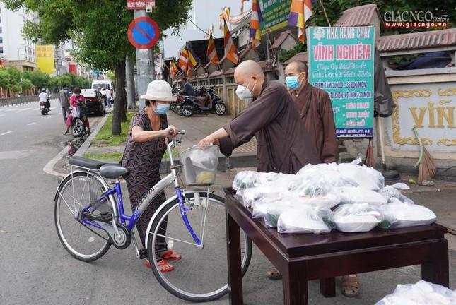 Chùa Vĩnh Nghiêm (quận 3) tặng cơm chay mỗi ngày đến hết giãn cách xã hội ảnh 4