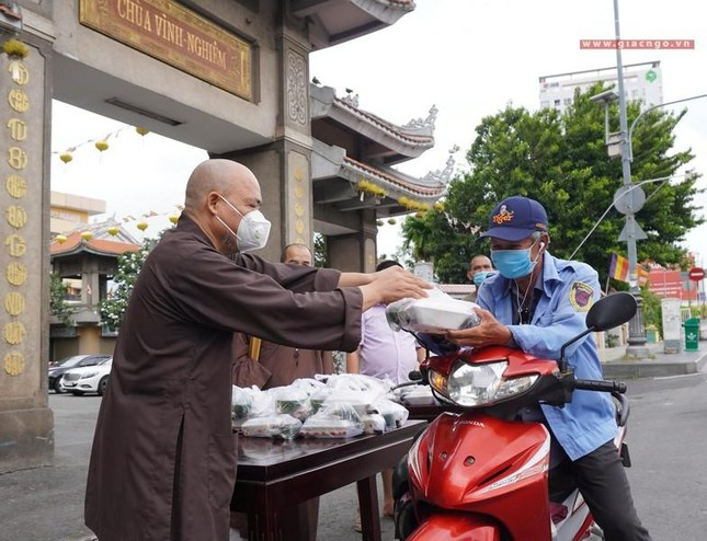 Chùa Vĩnh Nghiêm (quận 3) tặng cơm chay mỗi ngày đến hết giãn cách xã hội ảnh 1