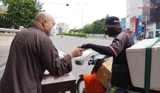 Chùa Vĩnh Nghiêm (quận 3) tặng cơm chay mỗi ngày đến hết giãn cách xã hội ảnh 3