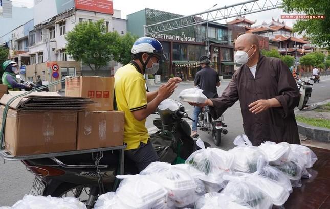 Chùa Vĩnh Nghiêm (quận 3) tặng cơm chay mỗi ngày đến hết giãn cách xã hội ảnh 2