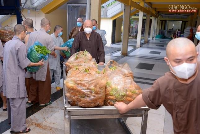 Bếp chùa với 10.000 suất cơm mỗi ngày chăm lo đội ngũ y tế ở các bệnh viện điều trị Covid-19 ảnh 15