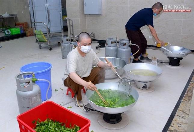 Bếp chùa với 10.000 suất cơm mỗi ngày chăm lo đội ngũ y tế ở các bệnh viện điều trị Covid-19 ảnh 4