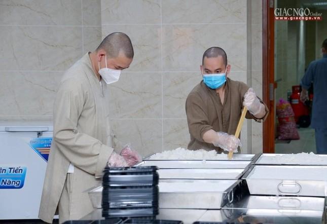 Bếp chùa với 10.000 suất cơm mỗi ngày chăm lo đội ngũ y tế ở các bệnh viện điều trị Covid-19 ảnh 7