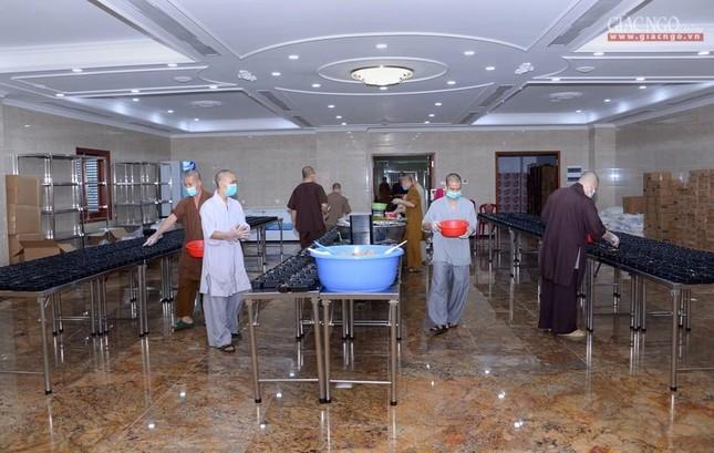 Bếp chùa với 10.000 suất cơm mỗi ngày chăm lo đội ngũ y tế ở các bệnh viện điều trị Covid-19 ảnh 6