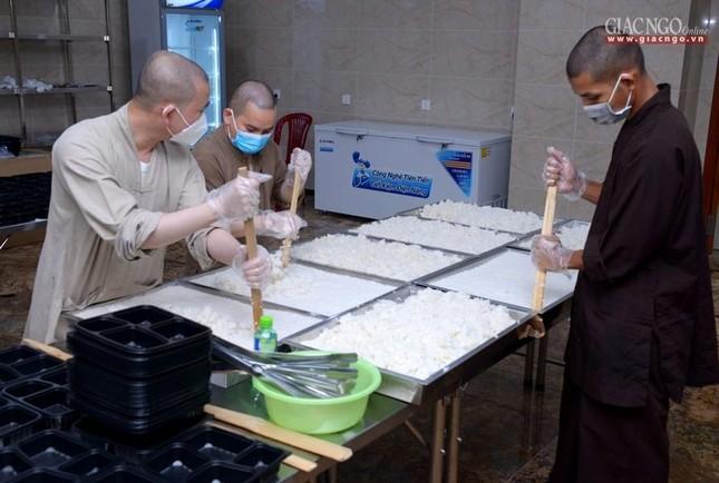 Bếp chùa với 10.000 suất cơm mỗi ngày chăm lo đội ngũ y tế ở các bệnh viện điều trị Covid-19 ảnh 1