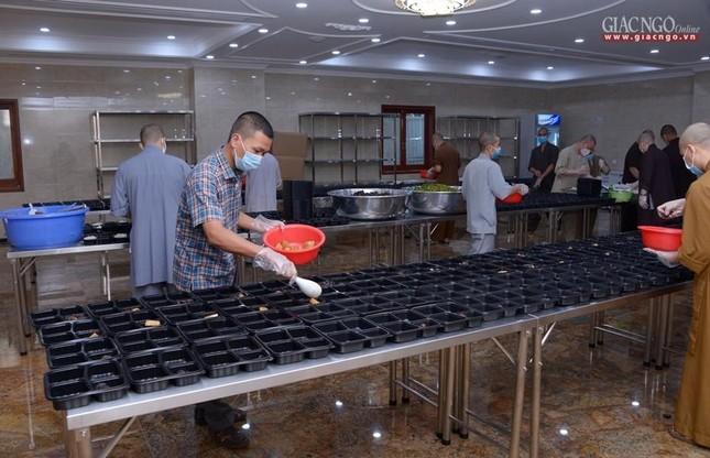 Bếp chùa với 10.000 suất cơm mỗi ngày chăm lo đội ngũ y tế ở các bệnh viện điều trị Covid-19 ảnh 9