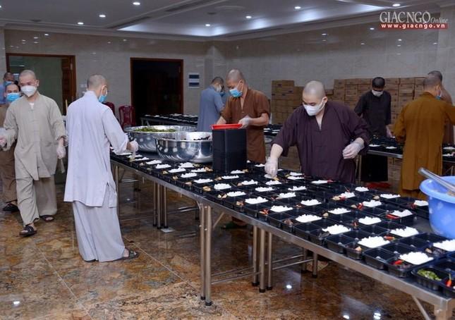 Bếp chùa với 10.000 suất cơm mỗi ngày chăm lo đội ngũ y tế ở các bệnh viện điều trị Covid-19 ảnh 8