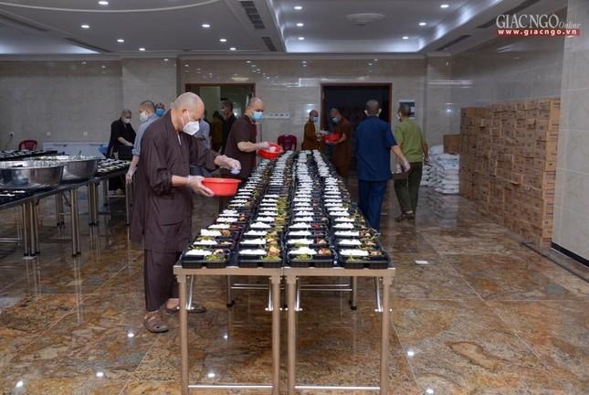 Bếp chùa với 10.000 suất cơm mỗi ngày chăm lo đội ngũ y tế ở các bệnh viện điều trị Covid-19 ảnh 10