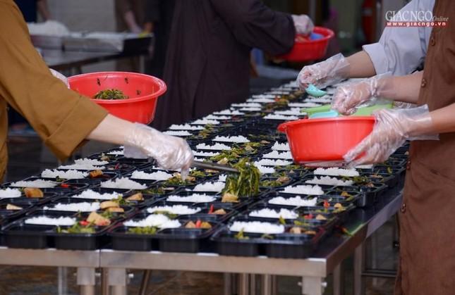Bếp chùa với 10.000 suất cơm mỗi ngày chăm lo đội ngũ y tế ở các bệnh viện điều trị Covid-19 ảnh 2