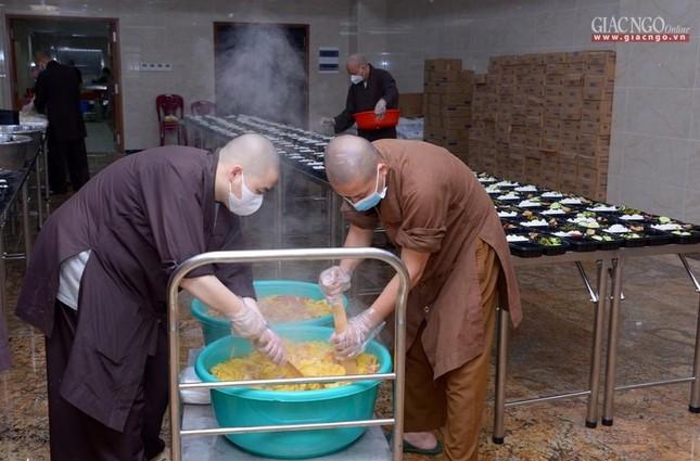 Bếp chùa với 10.000 suất cơm mỗi ngày chăm lo đội ngũ y tế ở các bệnh viện điều trị Covid-19 ảnh 5