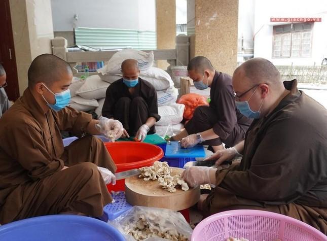 Bếp chùa với 10.000 suất cơm mỗi ngày chăm lo đội ngũ y tế ở các bệnh viện điều trị Covid-19 ảnh 3