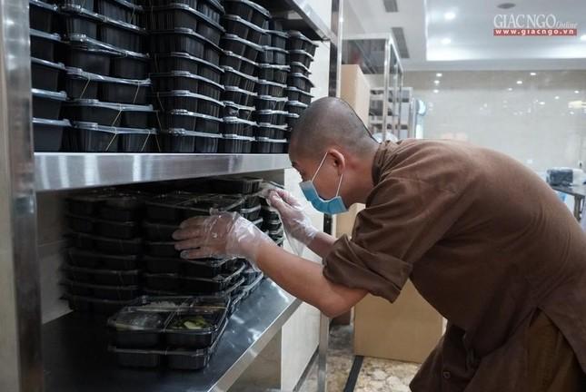 Bếp chùa với 10.000 suất cơm mỗi ngày chăm lo đội ngũ y tế ở các bệnh viện điều trị Covid-19 ảnh 11