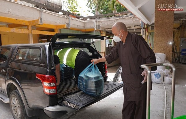 Bếp chùa với 10.000 suất cơm mỗi ngày chăm lo đội ngũ y tế ở các bệnh viện điều trị Covid-19 ảnh 13