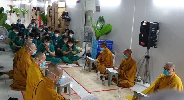 Chư Tăng chùa Thiền Tôn 2 cầu siêu cho người mất vì Covid-19 tại bệnh viện dã chiến ảnh 6