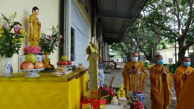 Chư Tăng chùa Thiền Tôn 2 cầu siêu cho người mất vì Covid-19 tại bệnh viện dã chiến ảnh 7