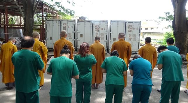 Chư Tăng chùa Thiền Tôn 2 cầu siêu cho người mất vì Covid-19 tại bệnh viện dã chiến ảnh 10