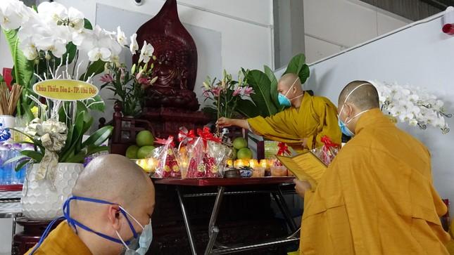 Chư Tăng chùa Thiền Tôn 2 cầu siêu cho người mất vì Covid-19 tại bệnh viện dã chiến ảnh 4