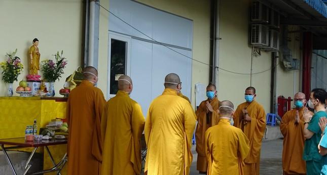 Chư Tăng chùa Thiền Tôn 2 cầu siêu cho người mất vì Covid-19 tại bệnh viện dã chiến ảnh 3