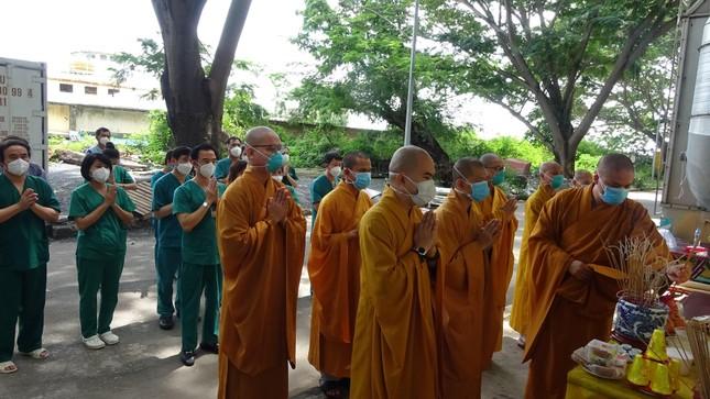 Chư Tăng chùa Thiền Tôn 2 cầu siêu cho người mất vì Covid-19 tại bệnh viện dã chiến ảnh 9