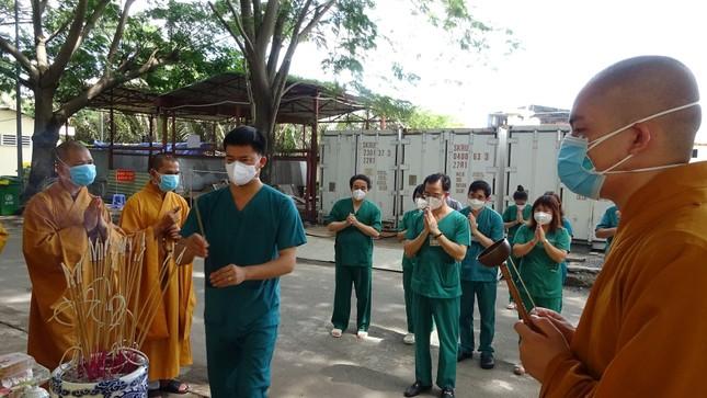 Chư Tăng chùa Thiền Tôn 2 cầu siêu cho người mất vì Covid-19 tại bệnh viện dã chiến ảnh 8