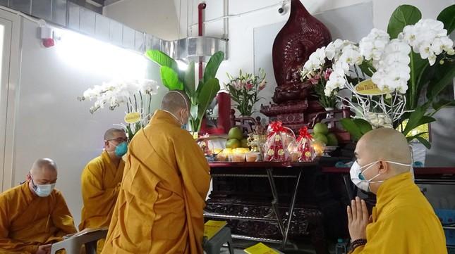 Chư Tăng chùa Thiền Tôn 2 cầu siêu cho người mất vì Covid-19 tại bệnh viện dã chiến ảnh 1