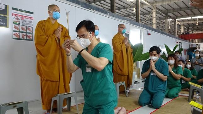 Chư Tăng chùa Thiền Tôn 2 cầu siêu cho người mất vì Covid-19 tại bệnh viện dã chiến ảnh 2