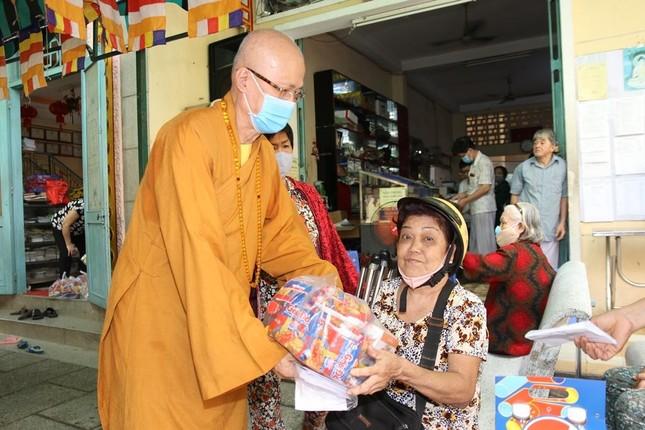 Chùa Thiên Tôn tặng quà Tết cho người nghèo ở quận 5 ảnh 1